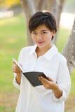 Retrato de la situación blanca i de la camisa de la mujer que lleva hermosa joven Imagen de archivo libre de regalías