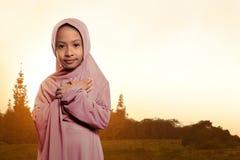 Retrato de la situación del velo del niño que lleva musulmán asiático Imagenes de archivo