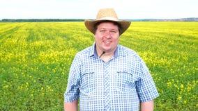 Retrato de la situación feliz del granjero en el campo en un día soleado almacen de video