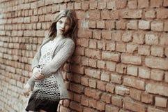 Retrato de la situación femenina triste contra la pared Fotografía de archivo libre de regalías