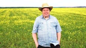 Retrato de la situación gorda del granjero en el campo en un día soleado almacen de metraje de vídeo