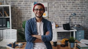 Retrato de la situación hermosa del empresario del hombre joven en la sonrisa del lugar de trabajo metrajes