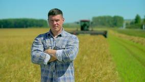 Retrato de la situación masculina feliz del hombre del granjero en el campo del centeno de la avena del trigo de la granja orgáni metrajes