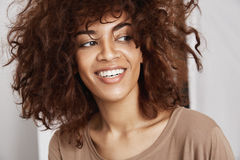 Retrato de la sonrisa africana hermosa sincera joven de la muchacha Imágenes de archivo libres de regalías