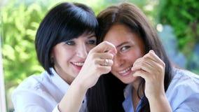 Retrato de la sonrisa agradable dos, mujeres reales hermosas de 40 años Encuentro envejecido centro feliz de los amigos metrajes