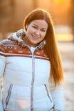 Retrato de la sonrisa atractiva woan en abajo la chaqueta blanca en luz del sol Fotografía de archivo