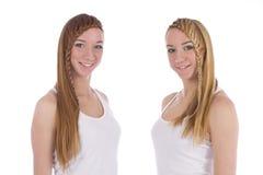 Retrato de la sonrisa de dos gemelos de las muchachas imágenes de archivo libres de regalías