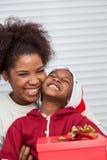 Retrato de la sonrisa de la madre y de la hija Fotos de archivo