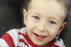 Retrato de la sonrisa del niño pequeño imagenes de archivo