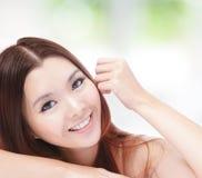 Retrato de la sonrisa feliz de la mujer atractiva Foto de archivo