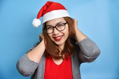 Retrato de la sonrisa femenina asiática del sombrero de Santa Claus del desgaste Fotografía de archivo libre de regalías