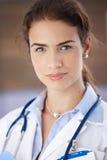Retrato de la sonrisa femenina atractiva joven del doctor Imágenes de archivo libres de regalías