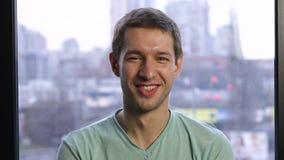 Retrato de la sonrisa hermosa del hombre joven almacen de metraje de vídeo