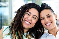 Retrato de la sonrisa lesbiana de los pares Foto de archivo