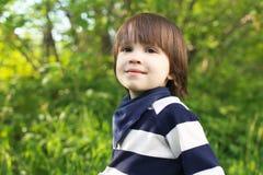 Retrato de la sonrisa linda 2 años de niño al aire libre en verano Foto de archivo