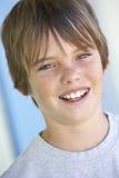 Retrato de la sonrisa pre adolescente del muchacho Fotos de archivo
