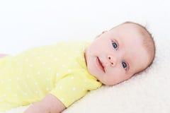 Retrato de la sonrisa preciosa 2 meses de bebé en mono amarillo Fotos de archivo