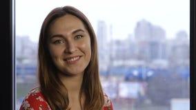 Retrato de la sonrisa triguena hermosa de la mujer almacen de metraje de vídeo