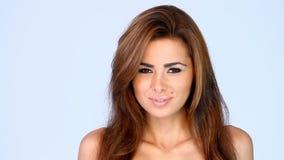 Retrato de la sonrisa y de la muchacha morena atractiva metrajes