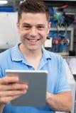 Retrato de la tableta masculina de In Factory With Digital del ingeniero Imágenes de archivo libres de regalías