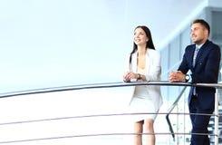 Retrato de la unidad de negocio positiva que se coloca en las escaleras Fotos de archivo libres de regalías