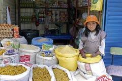 Retrato de la vendedora joven de ultramarinos en mercado Imagenes de archivo