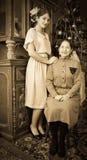 Retrato de la vendimia de la hija con la madre fotos de archivo libres de regalías