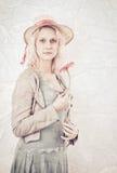 Retrato de la vendimia de una mujer que sostiene una flor Imagen de archivo