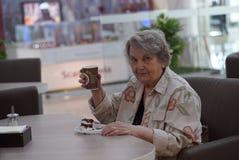 Retrato de la vieja mujer sonriente en el café Imagenes de archivo