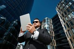Retrato de la visión inferior del hombre de negocios acertado fotografía de archivo