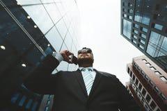 Retrato de la visión inferior del hombre de negocios acertado imagen de archivo libre de regalías