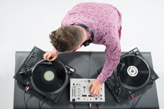 Retrato de la visión superior de DJ que se mezcla y que hace girar Imagenes de archivo