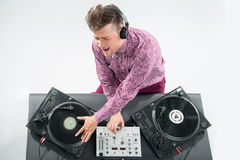 Retrato de la visión superior de DJ que se mezcla y que hace girar Fotografía de archivo libre de regalías