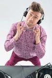 Retrato de la visión superior de DJ que se mezcla y que hace girar Foto de archivo
