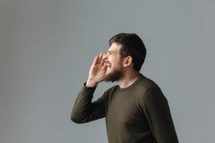 Retrato de la vista lateral de un grito del hombre Imágenes de archivo libres de regalías