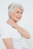 Retrato de la vista lateral de una mujer mayor que sufre de dolor de cuello Fotos de archivo