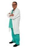 Retrato de la vista lateral del médico de sexo masculino ocasional imagen de archivo libre de regalías