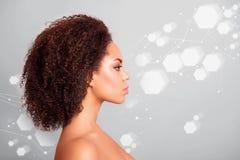 Retrato de la vista lateral del perfil del primer de la señora atractiva del brillo perfecto después de células hexagonales de la foto de archivo