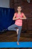 Retrato de la yoga practicante del adolescente Fotos de archivo libres de regalías