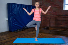 Retrato de la yoga practicante del adolescente Fotografía de archivo libre de regalías