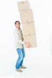 Retrato de las cajas de cartón de equilibrio del hombre del mensajero Imagen de archivo libre de regalías