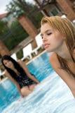 Retrato de las dos muchachas en piscina fotografía de archivo