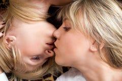 Retrato de las dos mujeres jovenes que se besan. Foto de archivo libre de regalías
