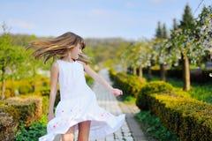 Retrato de las flores felices del cerezo del whith de la niña Foto de archivo