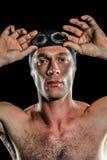 Retrato de las gafas de la natación del nadador que llevan Imagenes de archivo
