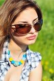 Retrato de las gafas de sol que desgastan de la muchacha Imágenes de archivo libres de regalías