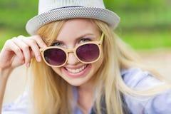 Retrato de las gafas de sol que llevan de la muchacha feliz del inconformista Imagen de archivo libre de regalías