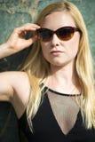 Retrato de las gafas de sol que llevan de la mujer rubia joven Foto de archivo libre de regalías