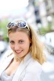 Retrato de las gafas de sol que llevan encantadoras de la mujer joven en su cabeza Imagenes de archivo