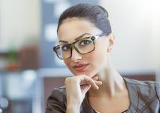 Retrato de las gafas que llevan de la mujer hermosa Imagen de archivo